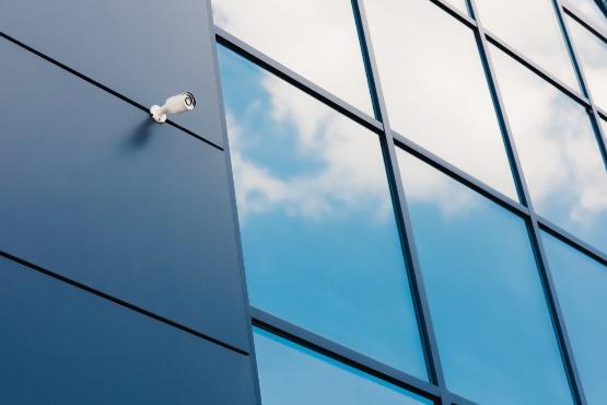 Zaupanje v storitvenih dejavnostih in trgovini na drobno višje, v gradbeništvu in predelovalnih dejavnostih nižje