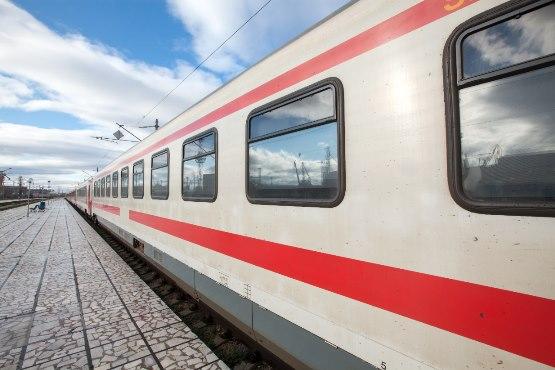 Železniški prevoz v EU je v 2018 prispeval 0,4 % vseh emisij toplogrednih plinov iz prometa, cestni pa 72 %