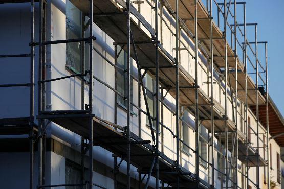 V aprilu 2018 izdanih 17 % manj gradbenih dovoljenj za stavbe kot v marcu 2018