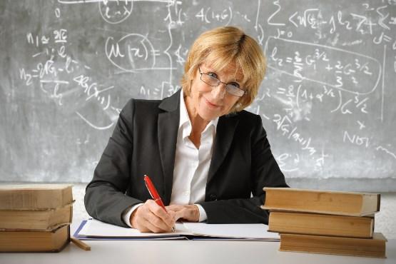 V osnovnih in srednjih šolah nekaj več učiteljic in učiteljev