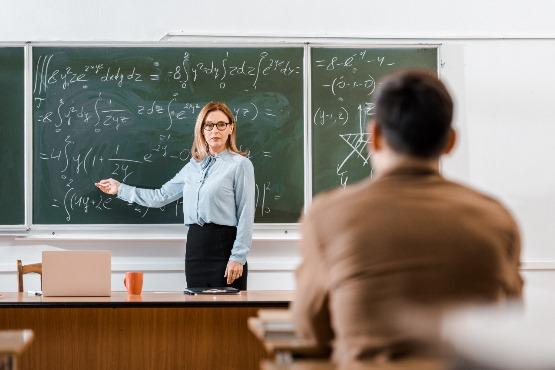 Število delovno aktivnih oseb v dejavnosti izobraževanje za 11 % višje kot pred petimi leti