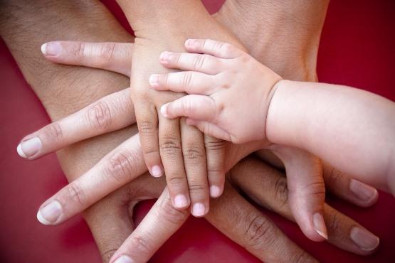 V kolikšni meri finančni položaj staršev vpliva na materialni položaj otrok, ko ti odrastejo?