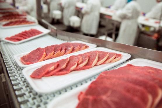 V slovenskih klavnicah pridobili v februarju 2021 približno 6 % mesa manj kot v prejšnjem mesecu
