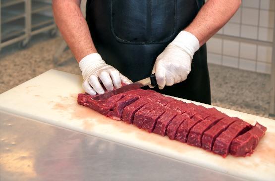 V slovenskih klavnicah pridobili v septembru 2020 za približno 7 % več mesa kot v prejšnjem mesecu